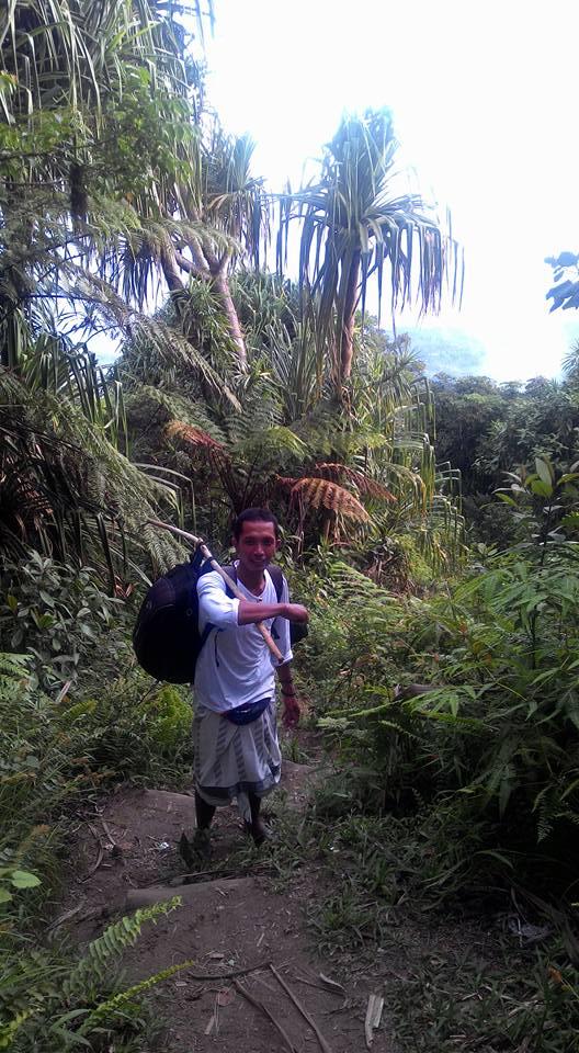 Made Mariana, yang setia menemani saya dalam perjalanan, menggendong tas yang saya bawa
